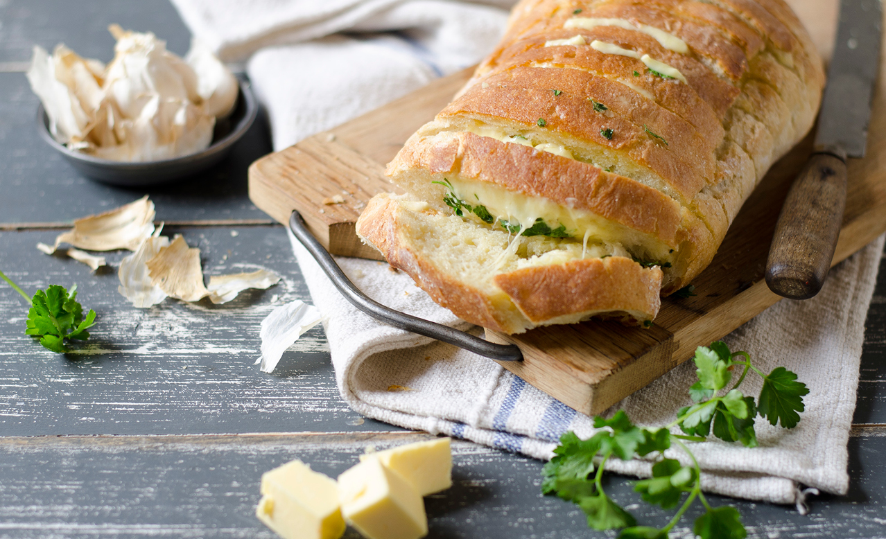 Cheesy garlic pull-apart braai loaf